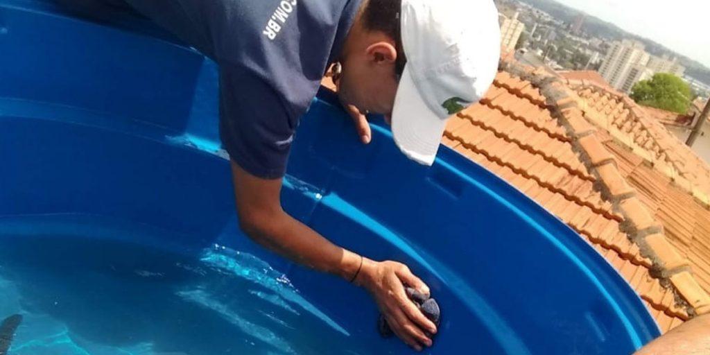 homem executando serviço de limpeza de caixa d'água